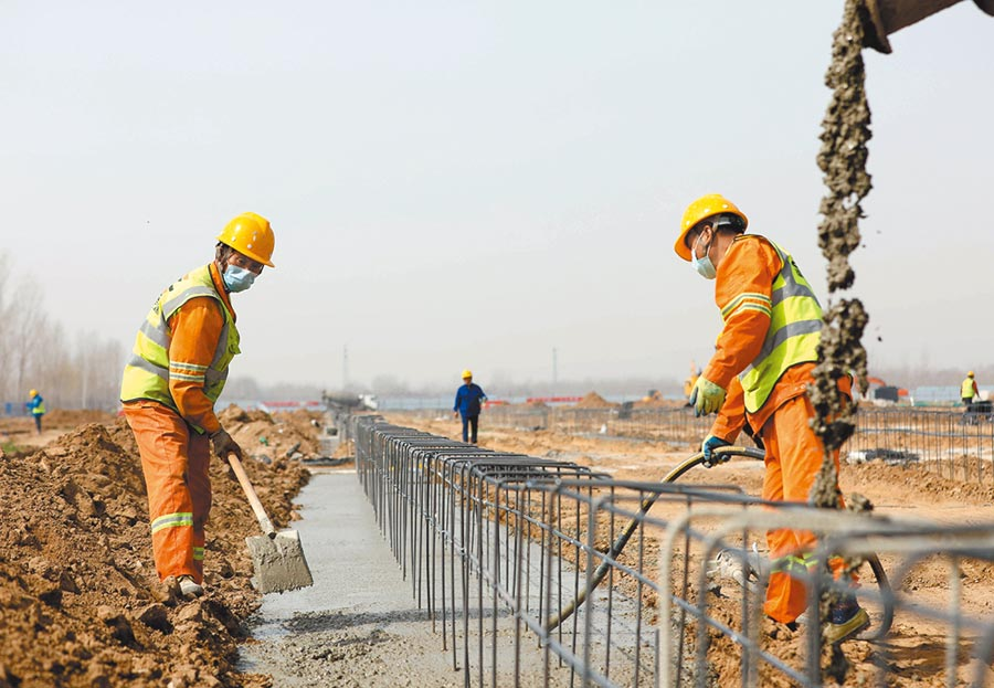 3月20日,工人在京雄高速公路SG2合同段工程項目施工。(新華社)