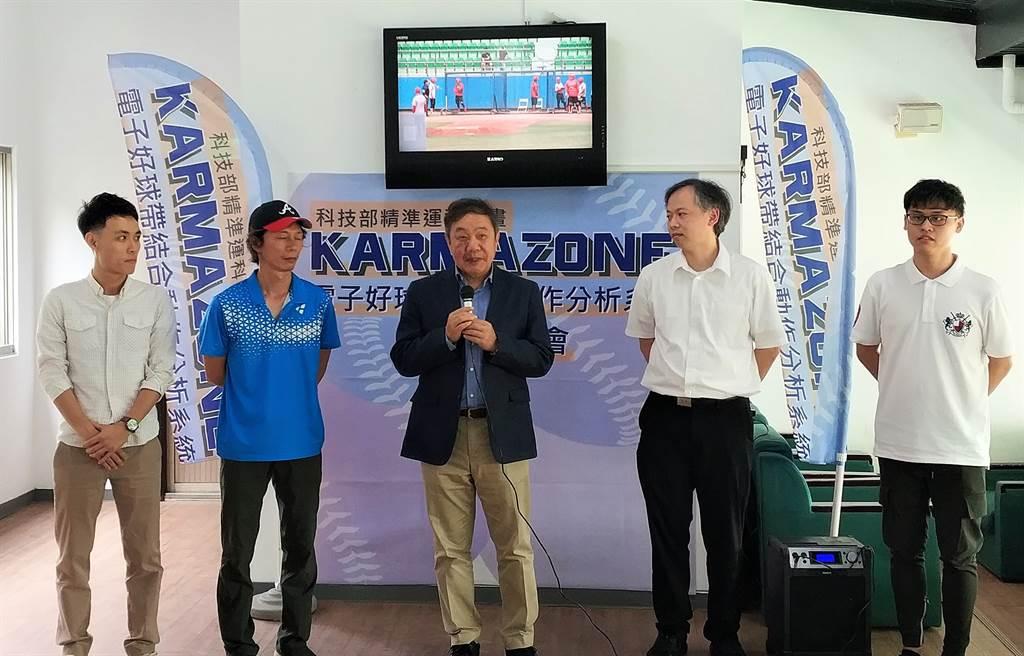 台體大運傳系副教授黃致豪(左二起)、台體大校長林華韋,台大光電工程所副所長吳育任。(科技部提供)