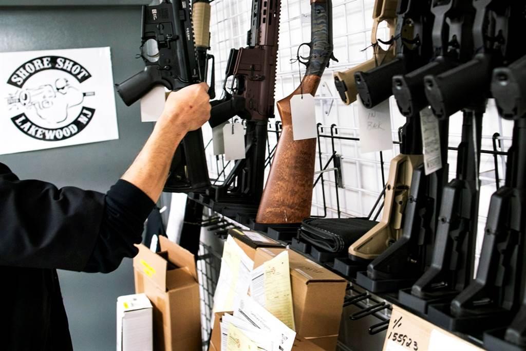 新冠肺炎疫情升溫,歧視事件層出不窮,亞裔美國人除了囤積衛生紙外,現在也大量購買槍枝自保。(資料照/路透社)