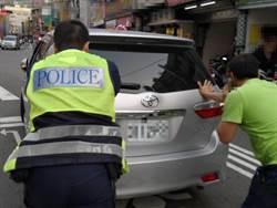 物資買好買滿 開車竟拋錨求警脫困
