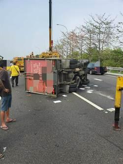 國道1號小貨車追工程緩撞車翻覆 駕駛意識不清