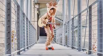著麋鹿裝穿梭大街小巷 魏嘉瑩挑戰「邊滑版自彈自唱」