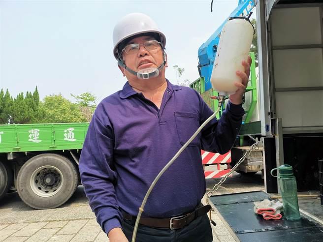 園藝廠商廖慶勇說,松材線蟲病是松樹常見的疾病,目前沒有根治的方法,只能不停吊掛點滴,來穩定病情。(吳建輝攝)