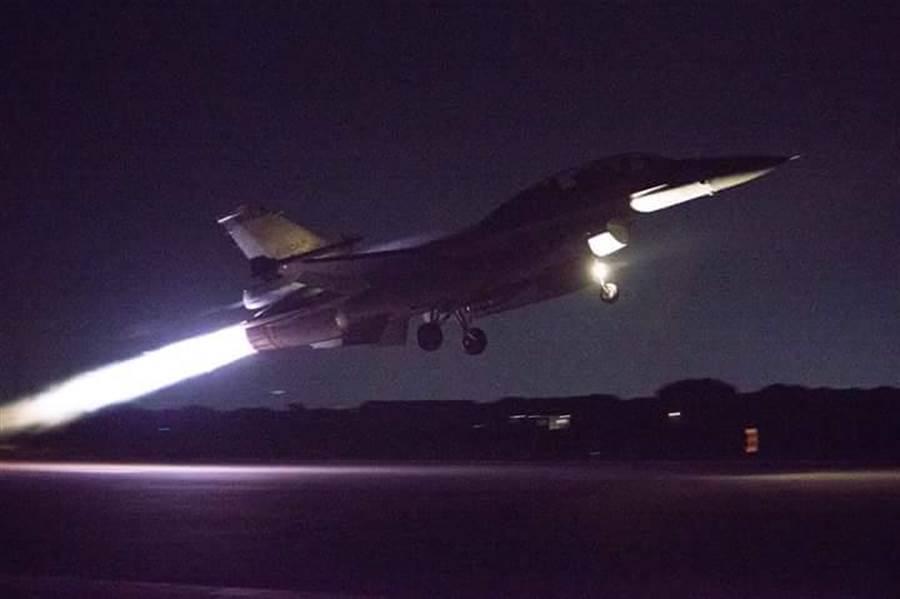 空軍在全台空軍基地進行聯翔操演模擬緊急接戰,F-16在清晨緊急升空畫面。(資料照片/軍聞社提供)