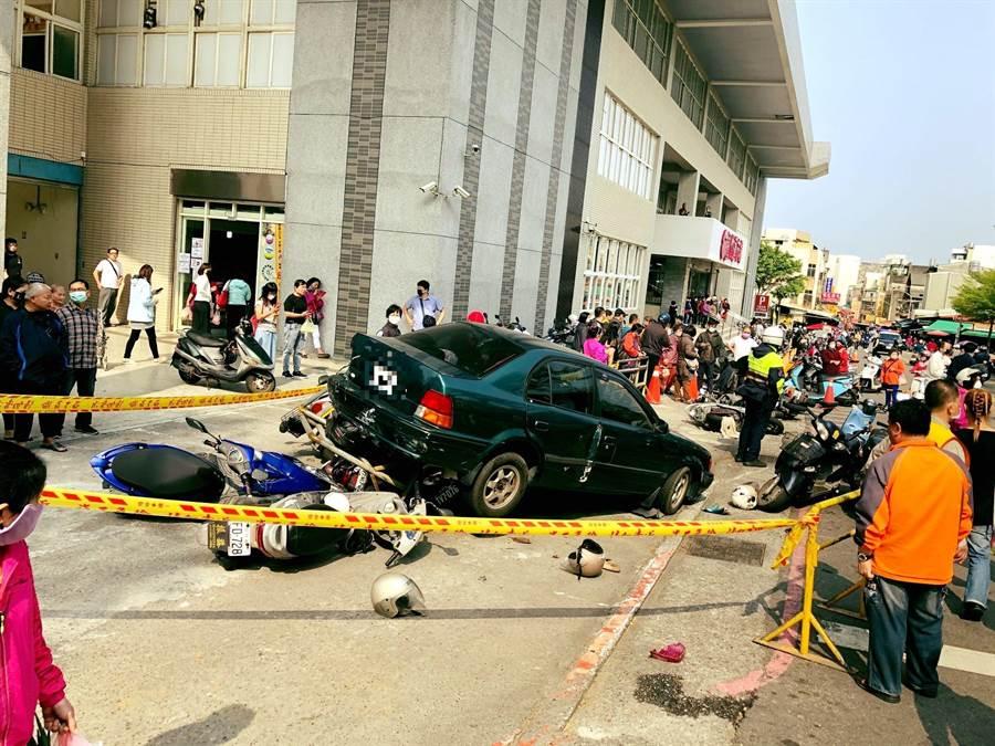 一輛汽車不明原因突然向後暴衝,撞上停放路旁的車輛與行人。(民眾提供/邱立雅竹市傳真)
