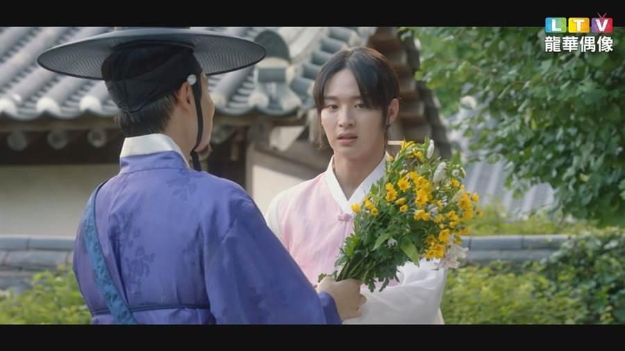 張東尹演最美的寡婦,被癡漢追求。(圖/龍華電視提供)