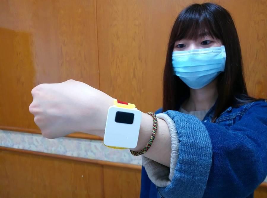 政府和民間合作推出離家警報智慧手環,未來不怕居家檢疫者再偷跑,率先在斗南鎮實施。(許素惠攝)