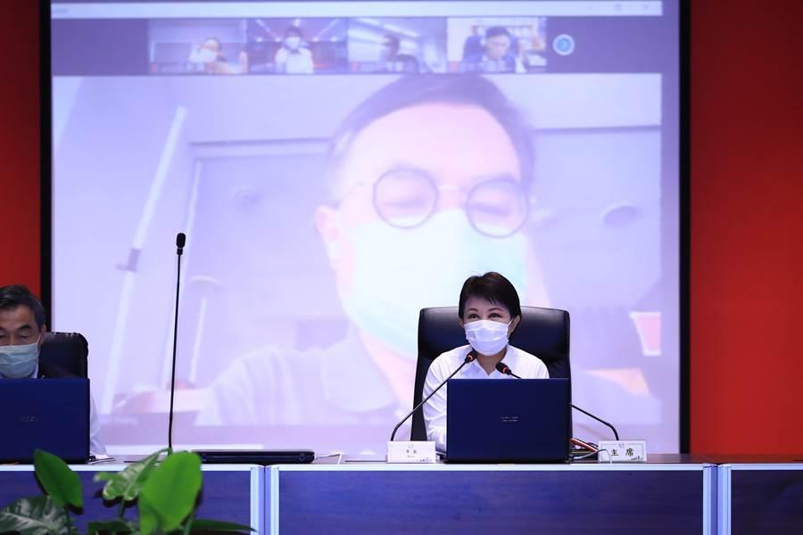 台中市長盧秀燕今日主持市政會議,從本次會議開始,區長不必到場,改用「視訊」方式參與會議。(盧金足攝)