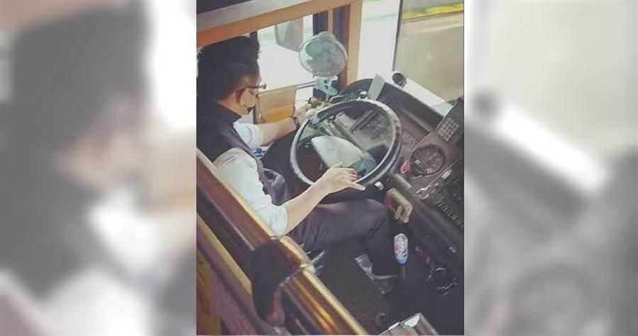 客運司機在高速公路邊開車邊玩手遊,危險行徑被乘客拍下PO網檢舉。(圖/翻攝臉書《爆料公社》)