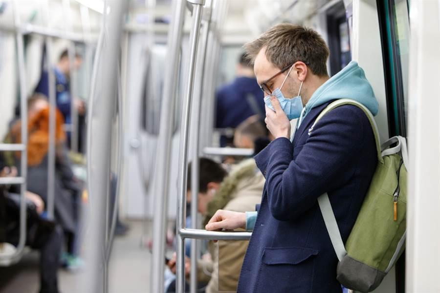 近來觀察新確診個案發現,新冠肺炎症狀已經改變,其中跟流感最不一樣的2點是「潛伏期較長」以及會有「下呼吸道症狀」。(示意圖/達志影像)