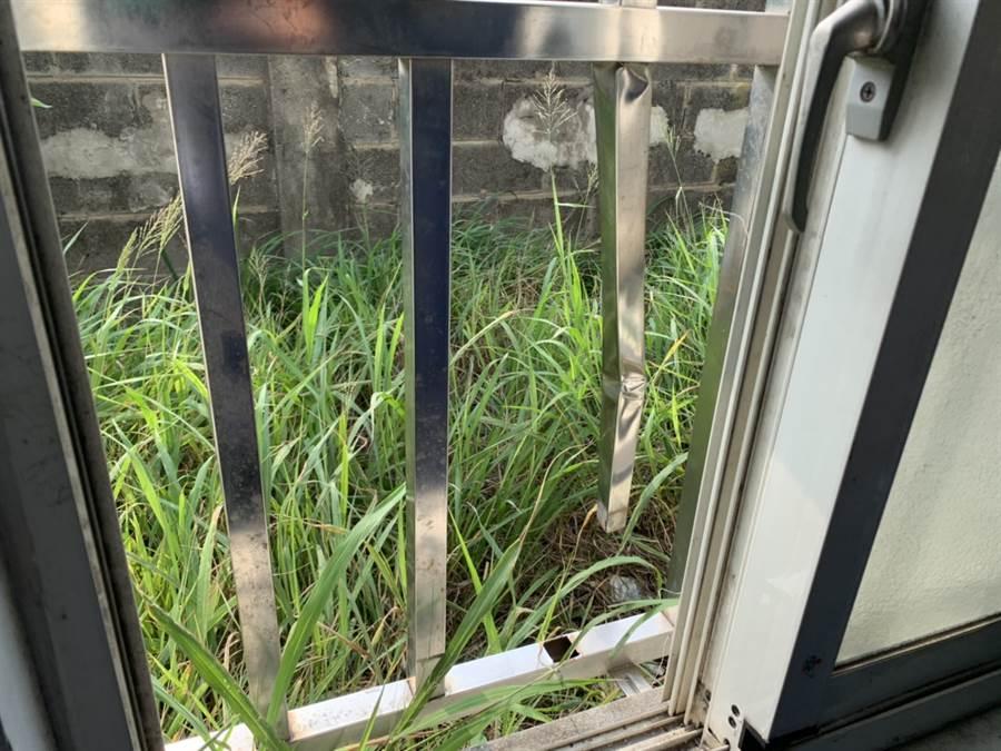 6名越南偷渡客凌晨用手扳開鐵窗後,利用20餘公分的小縫鑽出逃逸,已成防疫破口,海巡幹員目前已經全力追緝當中。(戴志揚翻攝)