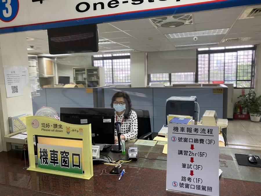 桃園監理站服務櫃台也張貼起保護透明膠膜。(監理站提供/蔡依珍桃園傳真)