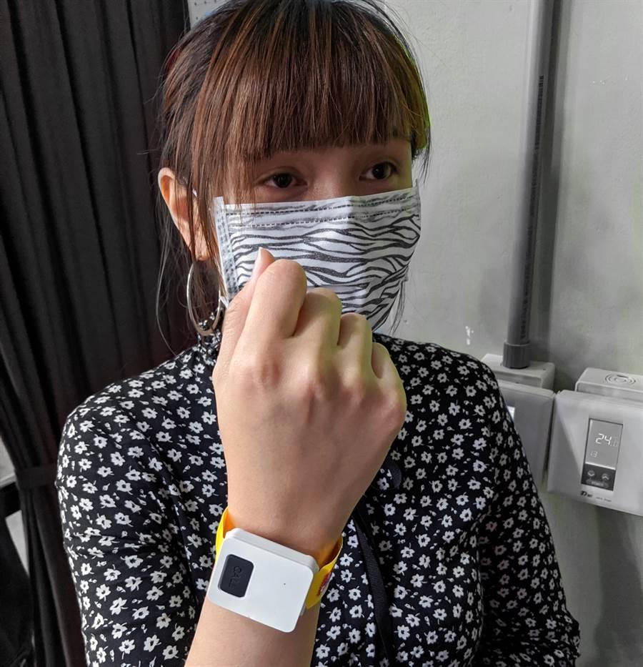 受隔離檢疫者配戴發「平安環離家警報器」示意。(資策會提供/黃慧雯台北傳真)