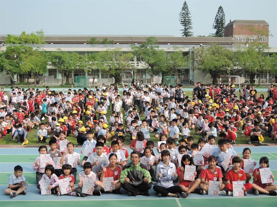 嘉義縣朴子市長吳品叡(第一排右五)利用學校朝會時間,逐一到市內各國小及幼兒園表揚。(張毓翎攝)