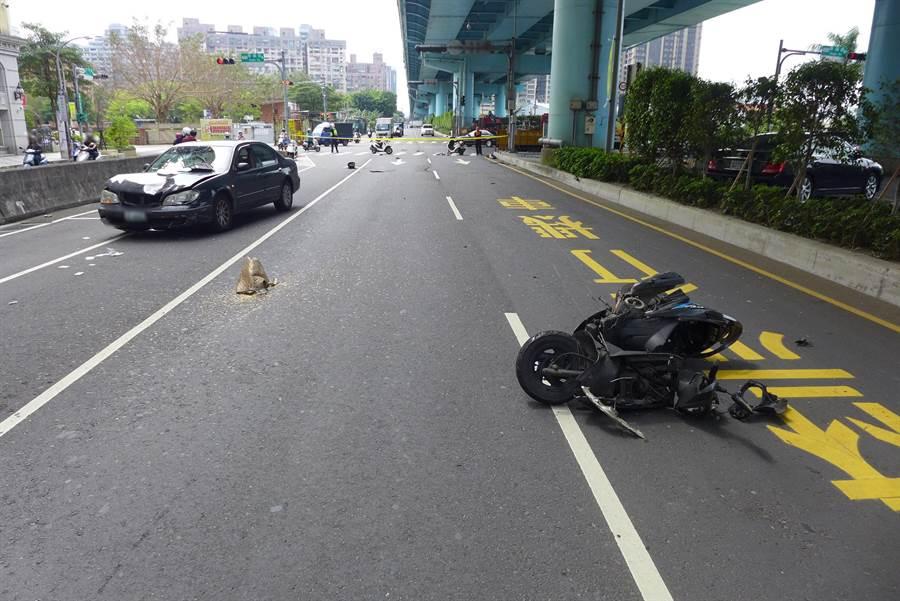 萬姓騎士連人帶車被撞飛。(翻攝照片/吳亮賢新北傳真)