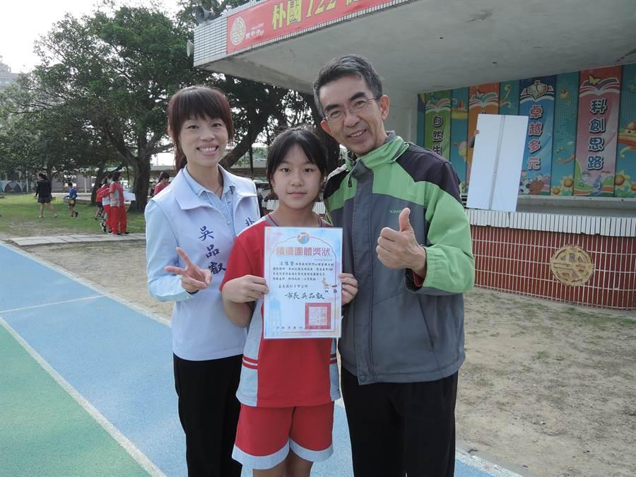 朴子國小女排隊隊長汪佳萱(中)去年和隊員參加全國樸仔腳盃排球錦標賽榮獲6年級組亞軍。(張毓翎攝)