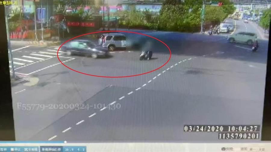 機車未依兩段式左轉,遭闖紅燈駕駛撞飛。(翻攝照片/吳亮賢新北傳真)
