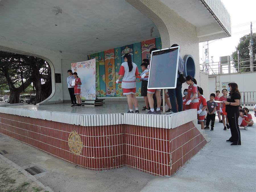 朴子市兒童節表揚大會改由逐一到市內各國小及幼兒園表揚,減少群聚感染。(張毓翎攝)