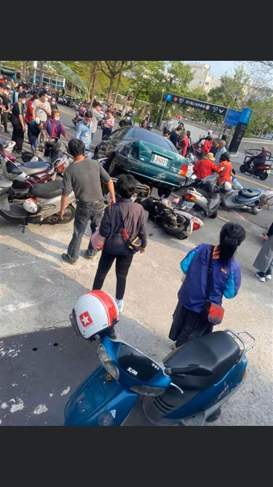 1名84歲老翁在新竹竹蓮市場倒車時,呈現「Z」字形暴衝,壓死女騎士繼續撞30餘輛機車。(翻攝新竹人新竹事臉書社團)