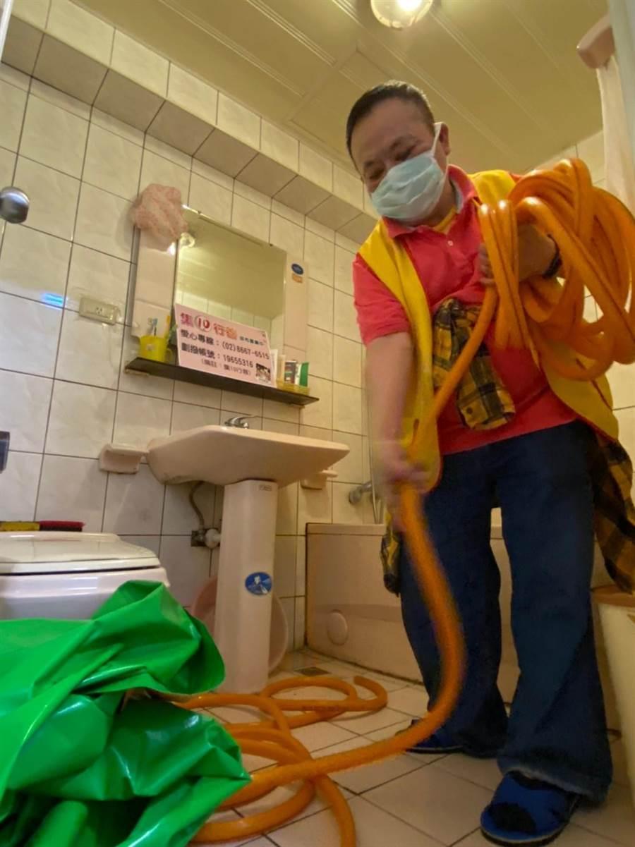 創世到宅義工陳正民今(24日)上午戴上口罩、測量體溫,偕同到宅團隊,探訪植物人家庭協助原床泡澡。(創世基金會提供)