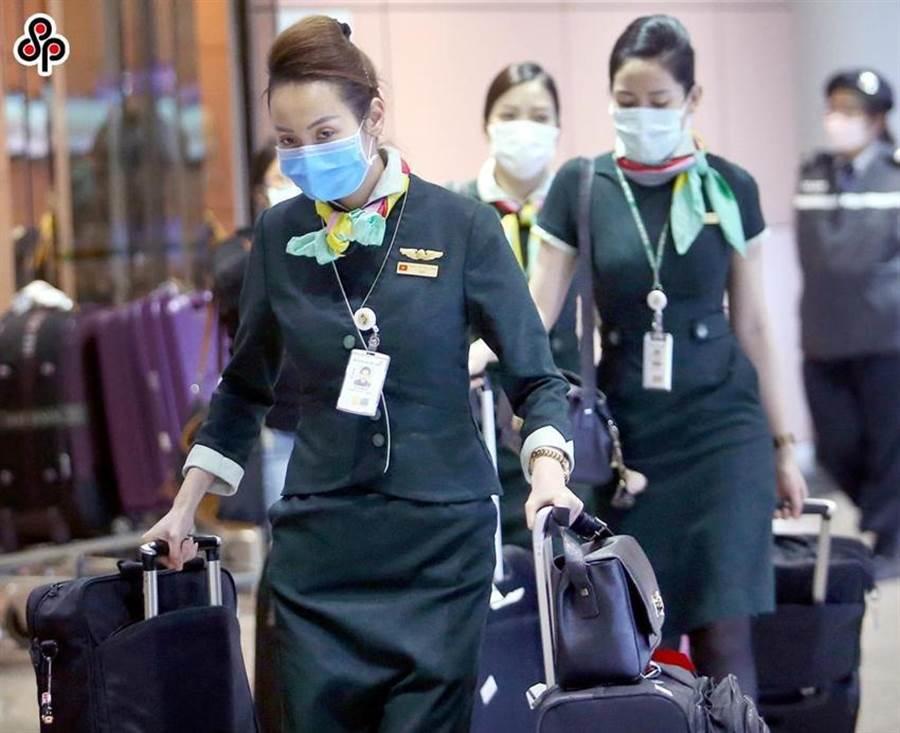 圖為航空公司機組人員戴起口罩情況,圖中人物與本文無關。(圖/本報資料照)