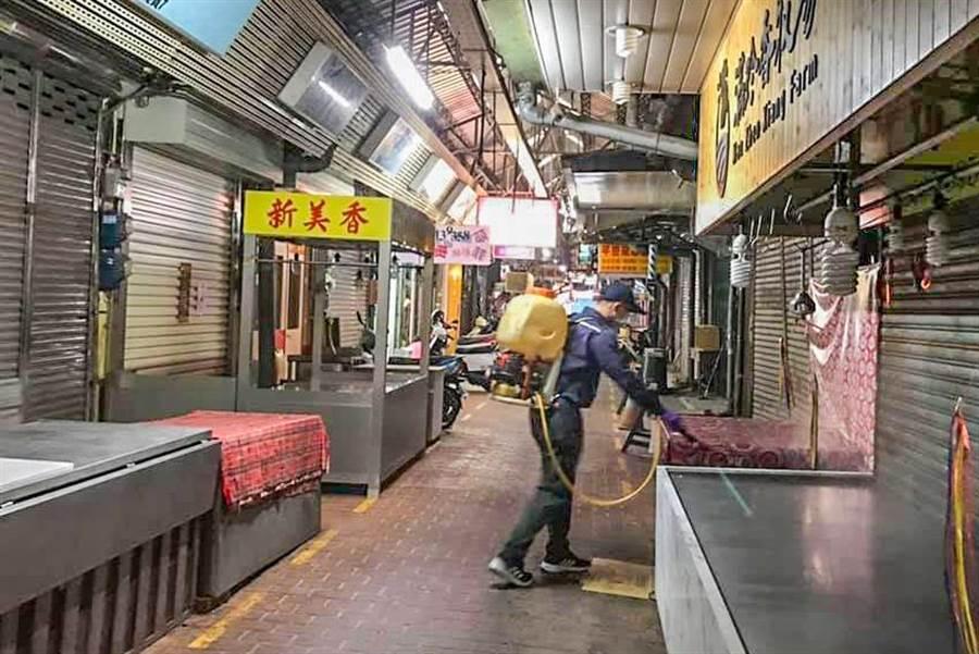 竹東鎮公所固定周一下午商華和中央市場消毒。(鎮公所提供/羅浚濱新竹傳真)