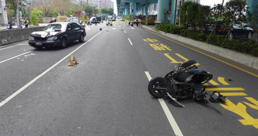 萬男遭到闖紅燈的黑色小客車撞上,力道之大萬男當場噴飛、機車全毀。(圖/翻攝畫面)