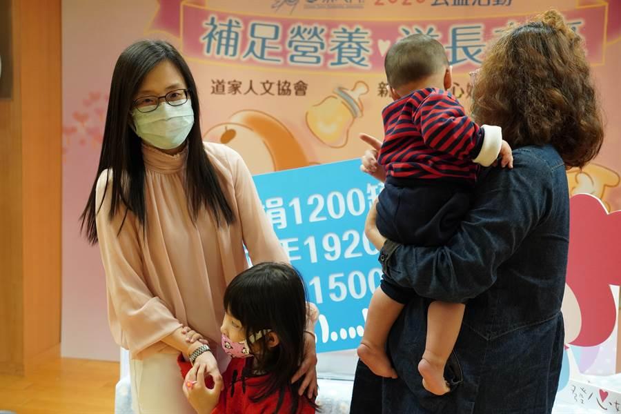 中華道家協會捐贈1200罐嬰兒奶粉,助弱勢孩子健康成長。(許哲瑗攝)