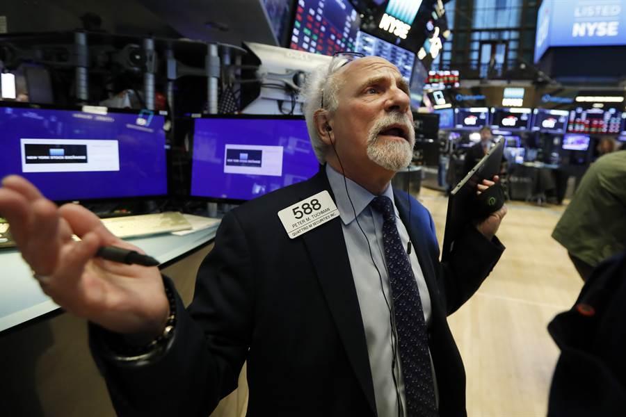 標普500指數從創紀錄的高檔跌至單月跌幅29%,押注美股下跌的投資者近1個月可獲利數3千4百多億美元。圖/美聯社
