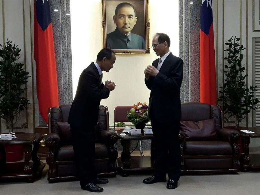 中華民國全國商圈總會總會長胡神賀(左)今拜會立法院長游錫堃,直呼在新冠肺炎影響下,講經濟沒下滑是講假話。而兩人會面時,還特別「拱手不握手」。(朱真楷攝)