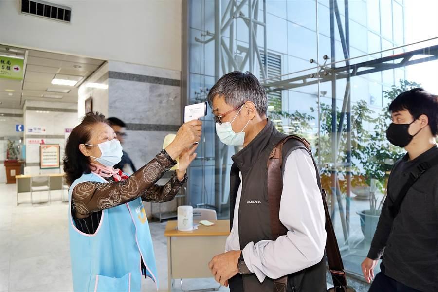 從25日開始,民眾進入嘉義市政府大樓洽公,除量體溫、消毒,還要登記才能進入洽公。(嘉義市政府提供/呂妍庭嘉義傳真)
