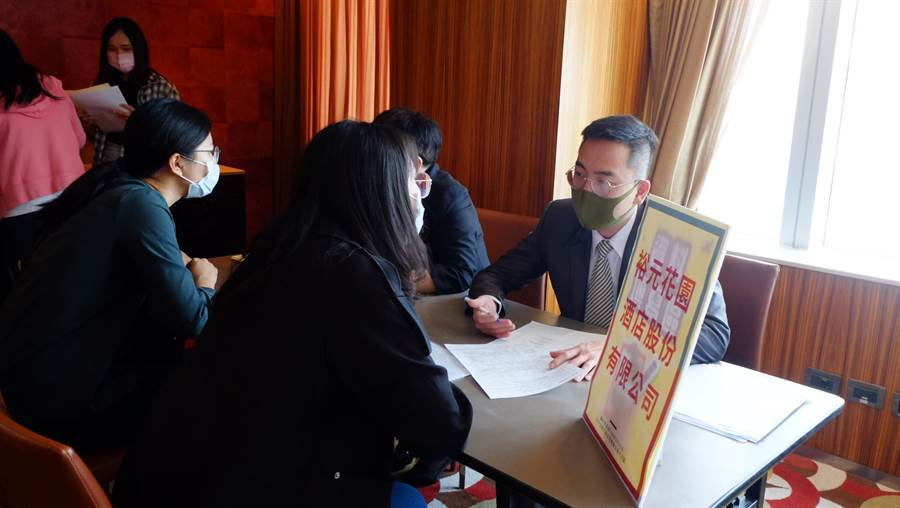 台中市府幫助台中亞緻飯店勞工轉職,各家飯店來覓才,媒合率超過6成。(台中市府提供/盧金足台中傳真)