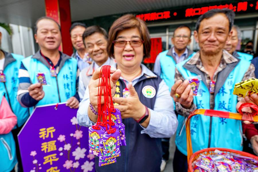 羅東鎮長吳秋齡展示平安符,並希望能早日度過疫情。(李忠一攝)