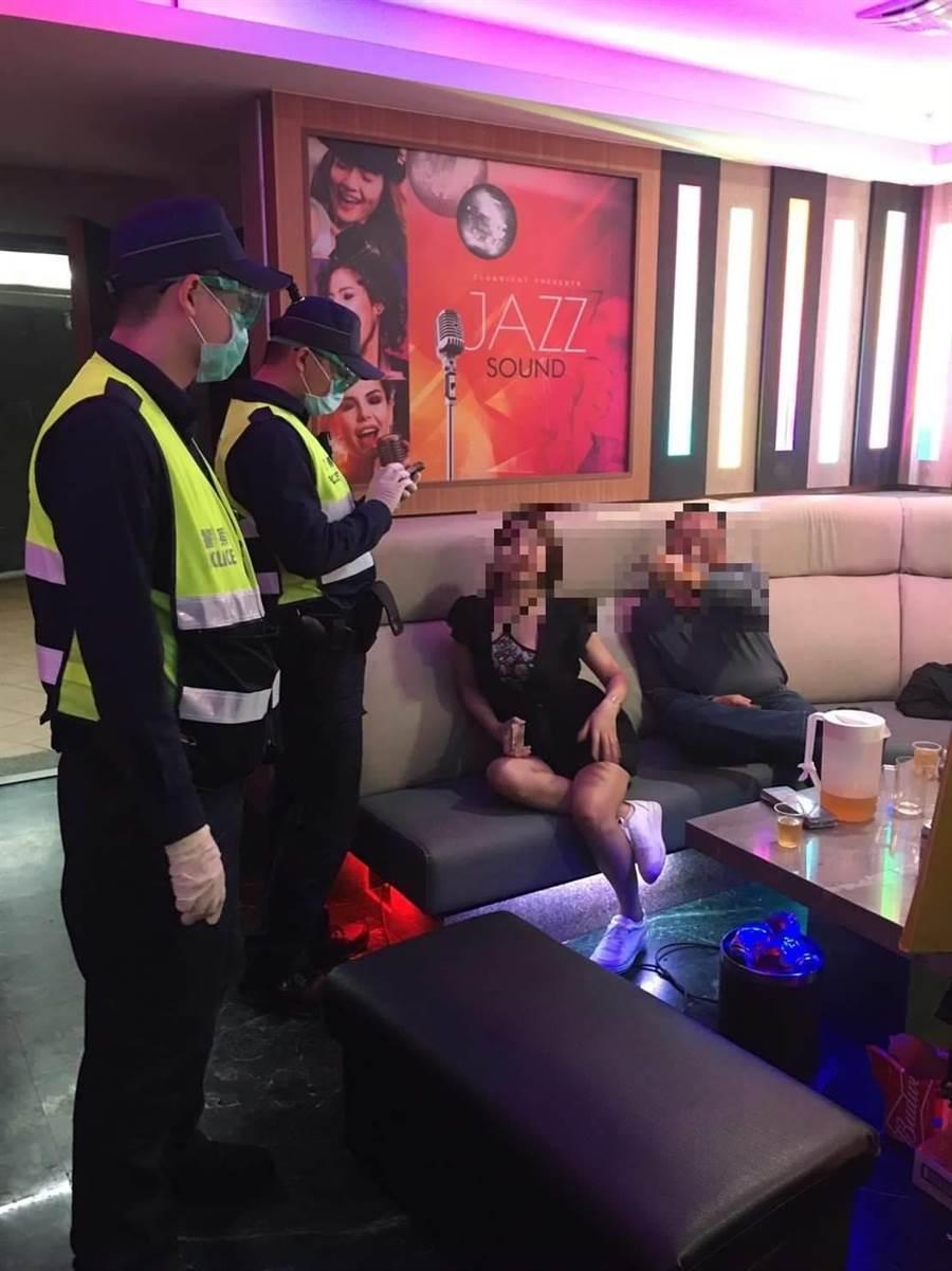 警政署上周6緊急通知對特種營業執行擴大臨檢,員警執勤時只戴口罩及乳膠手套防護。〔翻攝照片/謝明俊苗栗傳真〕