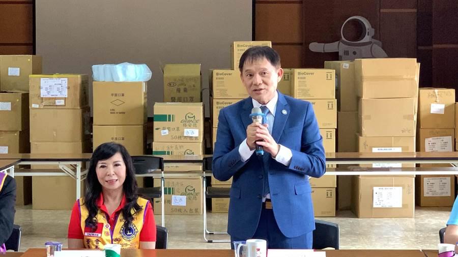 高雄市醫師公會理事長賴聰宏(右)感謝健嬅獅子會拋磚引玉捐贈防疫經費。(柯宗緯攝)