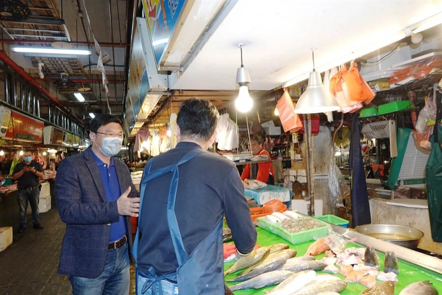 鹿港鎮長許志宏至鹿港鎮第一公有零售市場關心攤商近日營業情形,並向攤商說明4月起至6月止,3個月租金減半的紓困措施。(謝瓊雲攝)