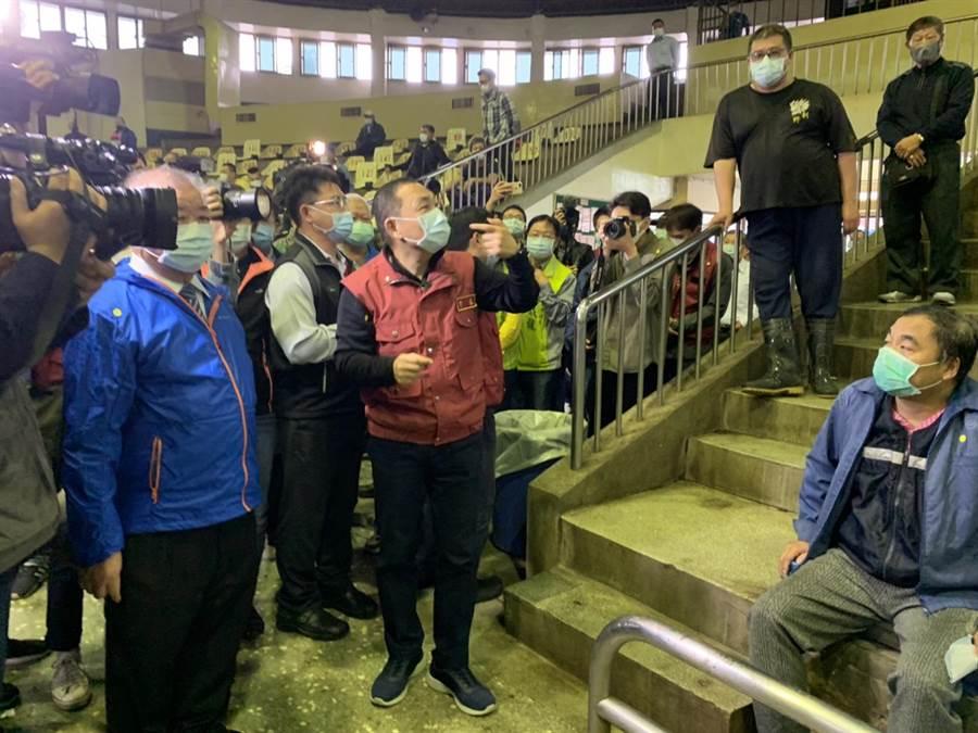新北市長侯友宜23日下午至樹林視察肉品市場,確認防疫工作是否到位,希望新北市能將繼續提供穩定的食品給民眾。(張睿廷攝)