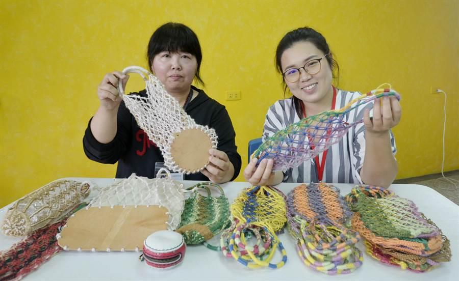 施靖雯(左)運用她曾在鞋廠擔任製版師的專業,替三股社區的漁網提袋重新配色編織,加入皮革材料等元素,詢問度及銷量都大增。(莊曜聰攝)