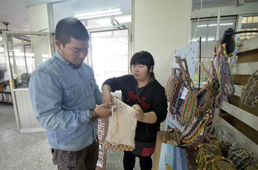 施靖雯(右)運用她曾在鞋廠擔任製版師的專業,替三股社區的漁網提袋重新配色編織,加入皮革材料等元素,詢問度及銷量都大增。(莊曜聰攝)