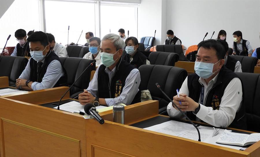 中捷公司董事長林志盈(中)會中提出報告,將分4年由市府逐年編列預算。(陳世宗攝)