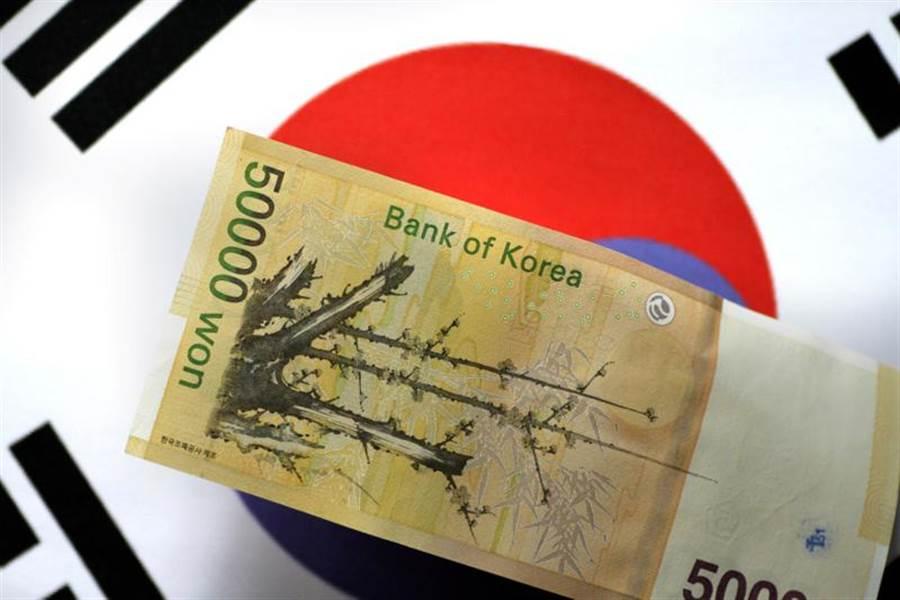 南韓總統文在寅24日主持緊急經濟會議時表示,決定加碼投入100兆韓元(約台幣2.4兆元),協助企業應對疫情帶來的衝擊。(路透)