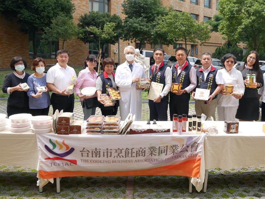 台南市烹飪商業同業公會送暖,前往柳營奇美醫院慰勞醫護人員。(柳營奇美醫院提供/莊曜聰台南傳真)