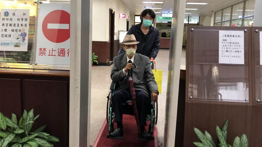 馮滬祥坐輪椅出庭應訊。林偉信攝