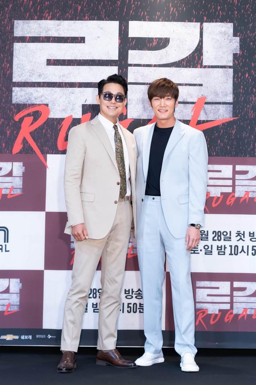 朴誠雄(左)與崔振赫兩人第一次碰面的地點是健身房。(Netflix提供)