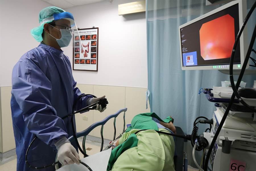 亞大醫院肝膽胃腸科主治醫師陳政國為患者(非當事人)進行胃鏡檢查。(林欣儀攝)