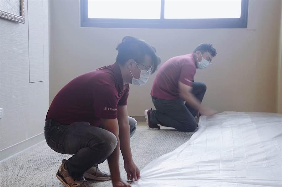 檢疫旅館房內地毯的部分皆使用養生膠帶覆蓋,以便隨時消毒、清潔。(南科贊美酒店提供/劉秀芬台南傳真)