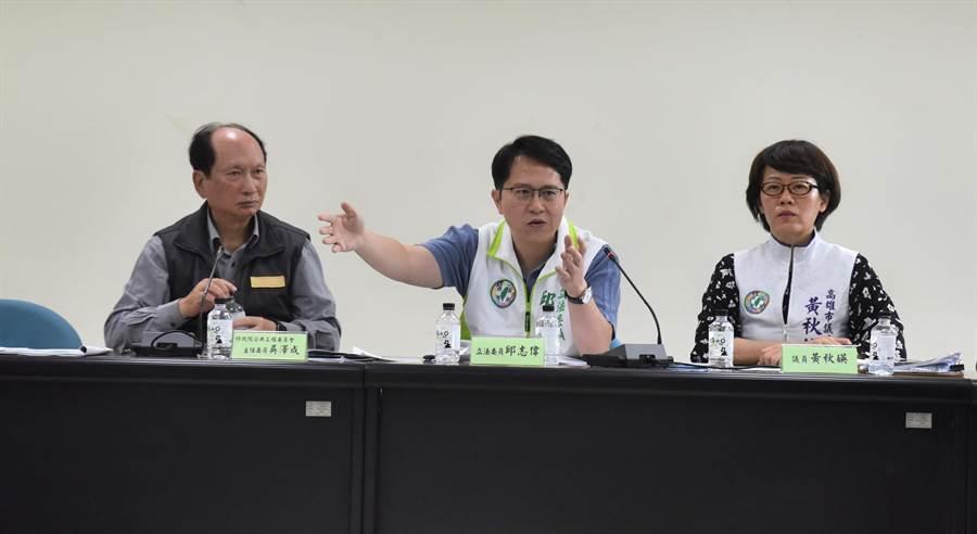 行政院政務委員兼公共工程委員會主委吳澤成(左)、民進黨立委邱志偉(中)等人參加座談會,研究綠環館的未來。(林瑞益攝)