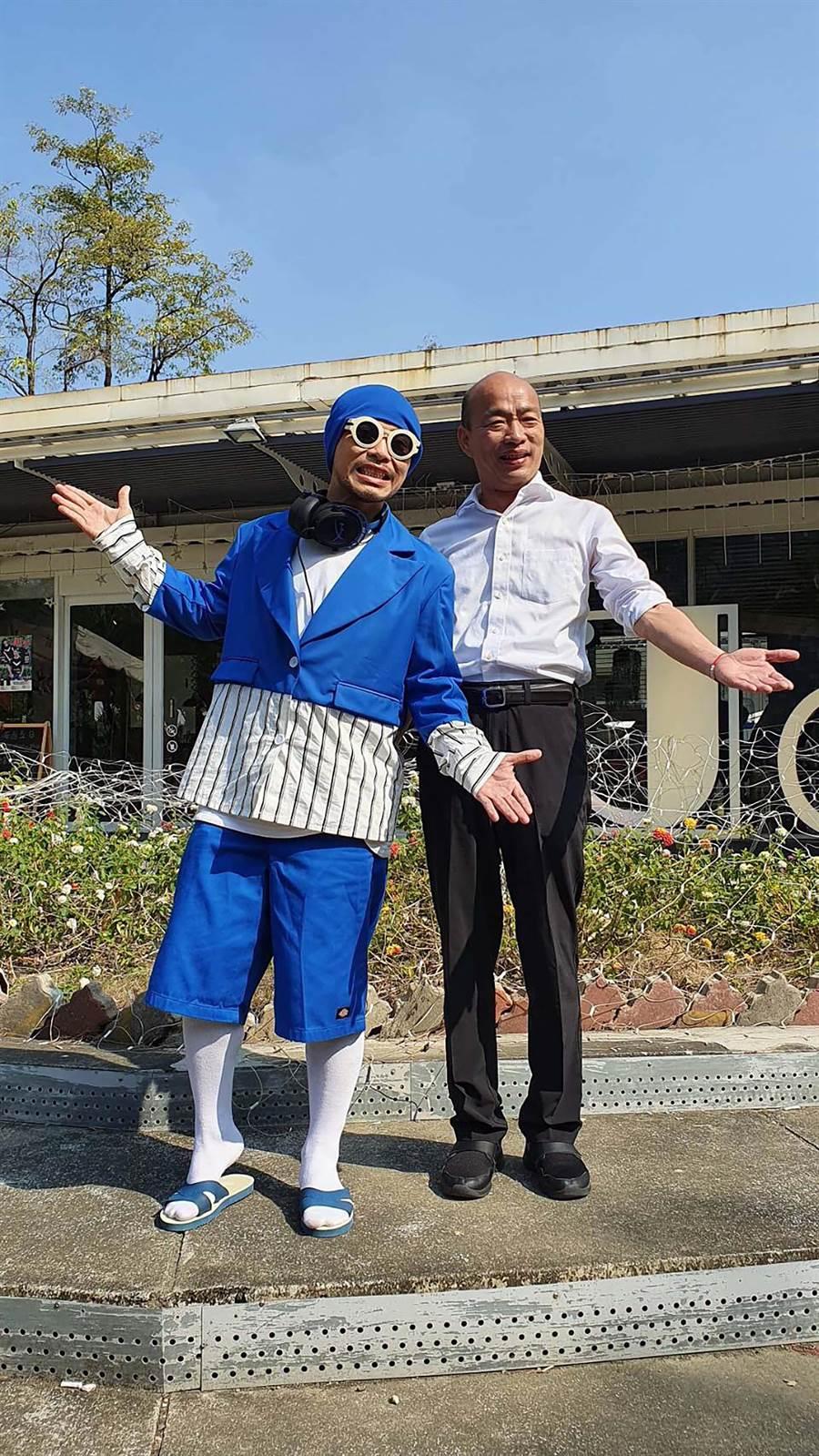 大馬歌手黃明志(左)拍攝高雄觀光主題曲《出去走走》MV,找來高雄市長韓國瑜客串。(高市觀光局提供/柯宗緯高雄傳真)
