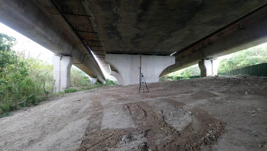 原預計於台61線台北港聯絡道下方新增便道,但因橋墩限制,高度不足,可行性不高,將研擬拓寬原有聯外道路。(吳亮賢攝)
