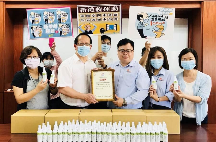 鳥松區長王耀弘(前排右四)為感謝花芊草本公司的愛心義舉,致贈感謝狀表達最誠摯的謝意。(林雅惠攝)